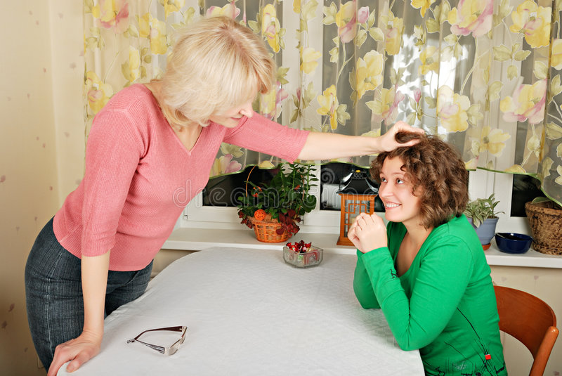 Femmes adultes et jeunes : punition facétieuse photo stock