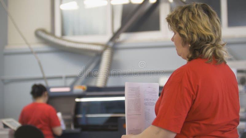 Femmes adultes travaillant avec l'édition imprimée dans la typographie photographie stock