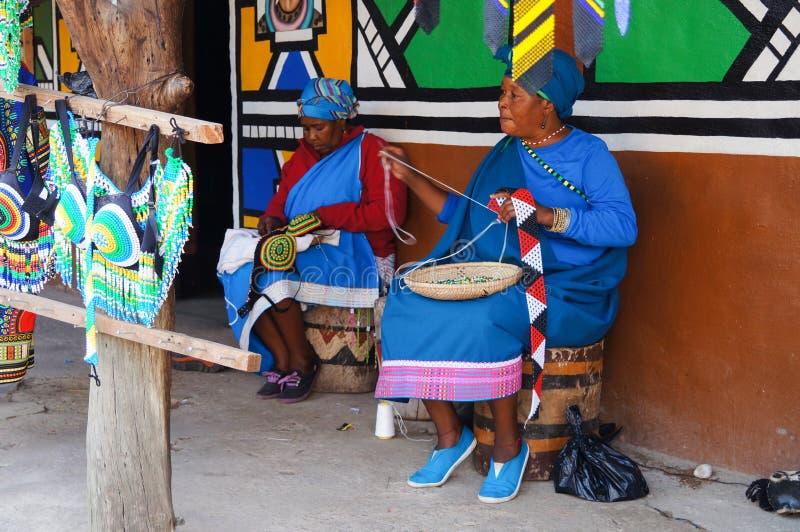 Femmes africaines faisant des souvenirs pour la vente à la villa culturelle de Lesedi images libres de droits