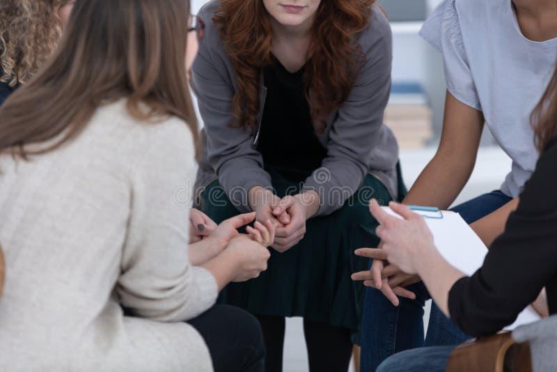 Femmes anonymes s'asseyant en cercle au cours de la r?union de groupe images libres de droits