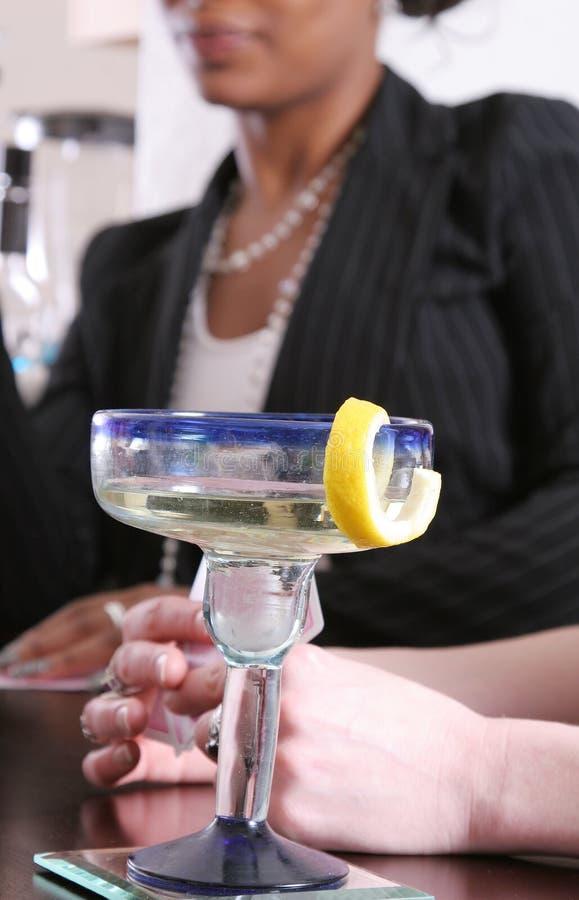 Femmes appréciant des cocktails photos stock