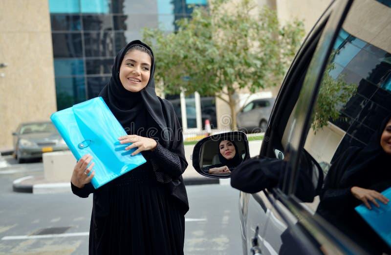 Femmes arabes d'affaires d'Emarati entrant dans la voiture image libre de droits