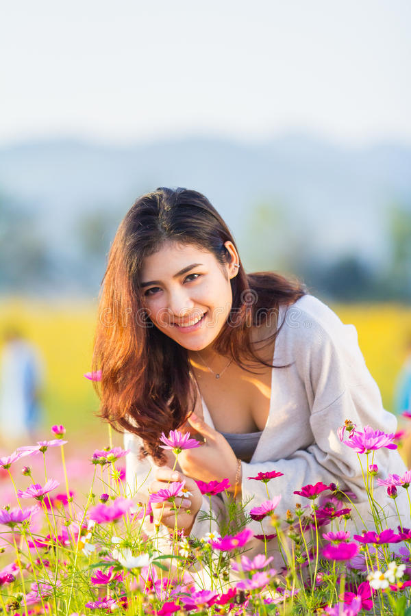 Femmes asiatiques au jardin de cosmos photos stock