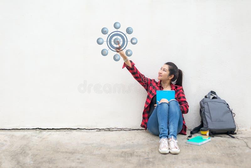 Femmes asiatiques avec la tasse de café utilisant l'écran tactile pour les achats d'éducation et de paiements et la connexion rés images stock