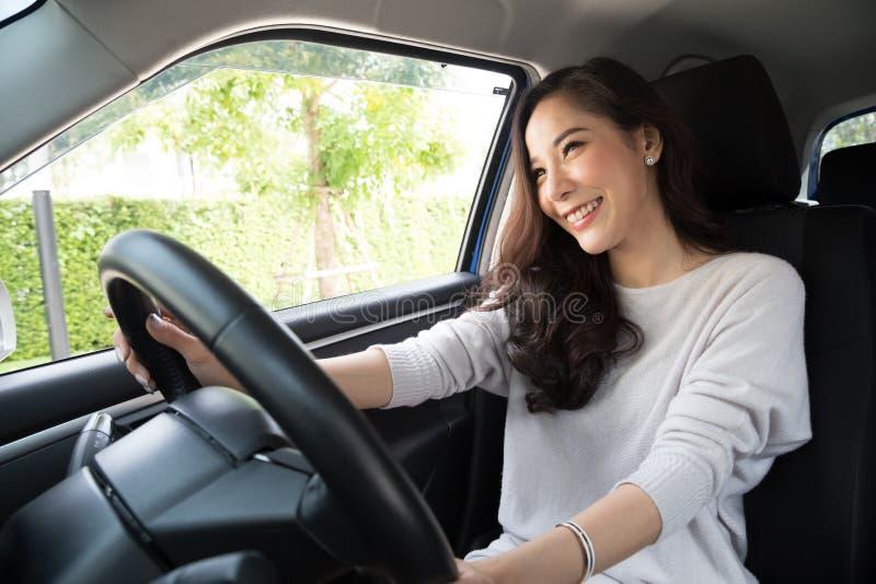 Femmes asiatiques conduisant une voiture et un sourire heureusement pour le voyage image libre de droits
