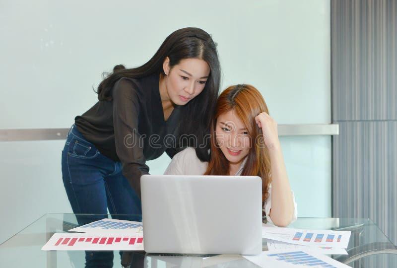 Femmes asiatiques d'affaires discutant les uns avec les autres photo libre de droits