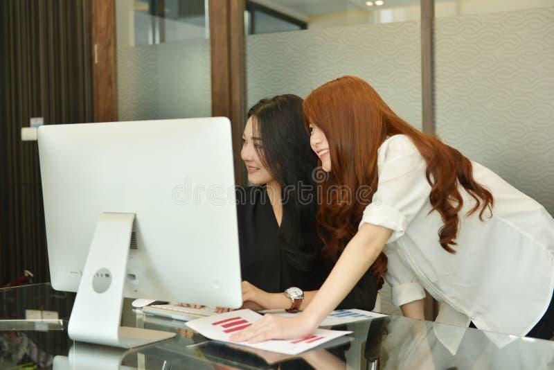 Femmes asiatiques d'affaires travaillant et à l'aide de l'ordinateur portable dans le lieu de réunion photos libres de droits