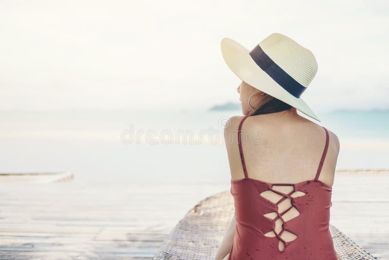Femmes asiatiques d?tendant dans des vacances d'?t? sur la plage image stock