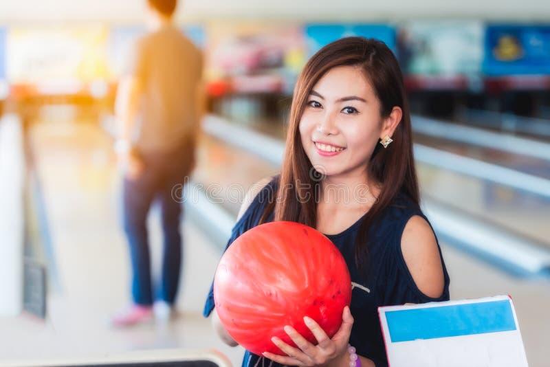 Femmes asiatiques jouant le bowling photographie stock libre de droits