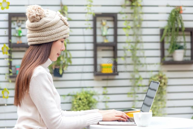 Femmes asiatiques travaillant au clavier La détente d'espace de travail refroidissent le travail dans le jardin pour le bureau et images libres de droits