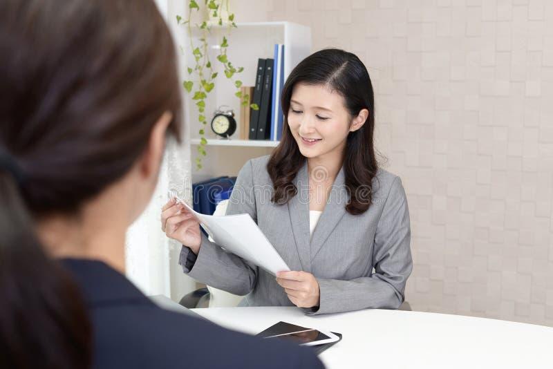 Femmes asiatiques travaillantes d'affaires image stock