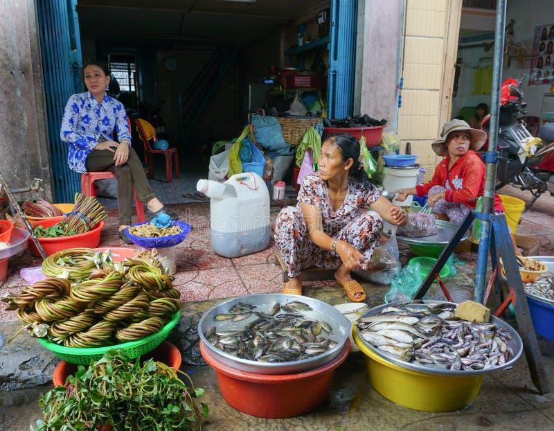 Femmes asiatiques vendant des poissons frais photo stock