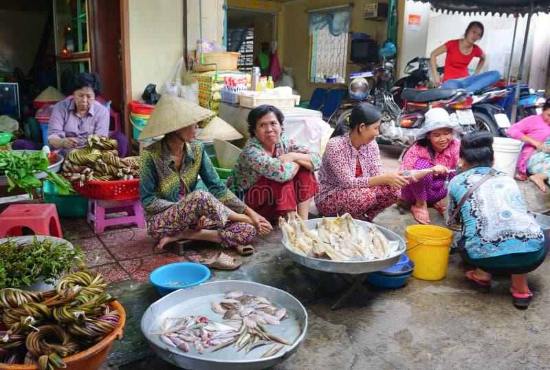 Femmes asiatiques vendant des poissons frais photos libres de droits