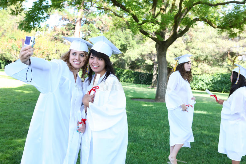 Femmes assez jeunes à la graduation image stock