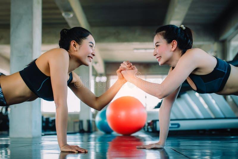 Femmes attirantes établissant dans le gymnase ensemble Sain, sports, mode de vie, concept de forme physique photo stock