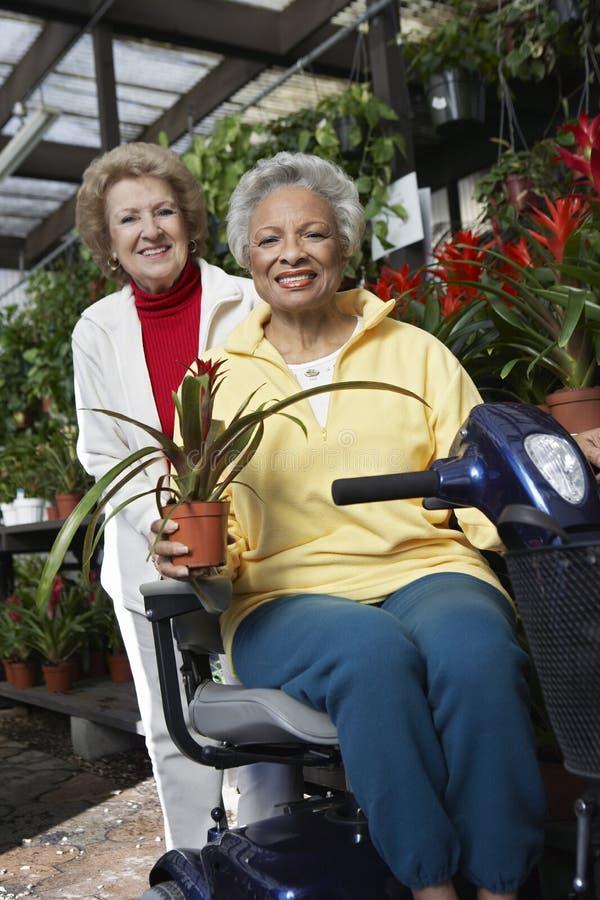 Femmes au jardin botanique photos libres de droits