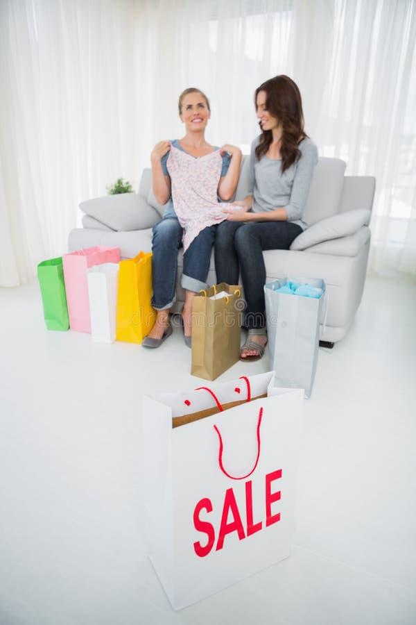 Femmes avec des achats et sac à provisions sur le premier plan images stock
