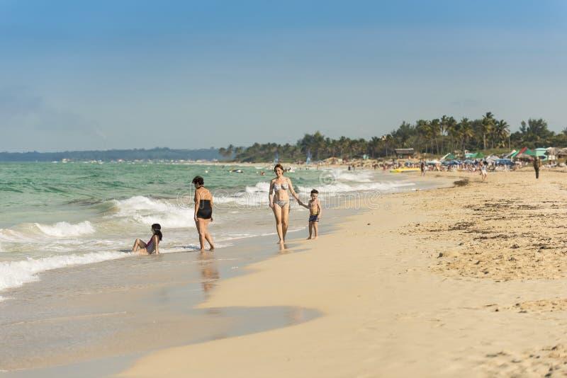 Femmes avec des enfants sur la plage La Havane photo stock