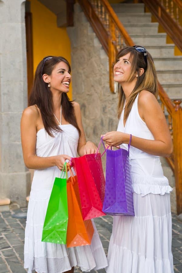 Femmes avec des sacs à provisions photographie stock libre de droits