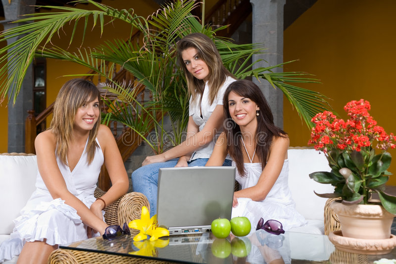 Femmes avec l'ordinateur portatif image stock