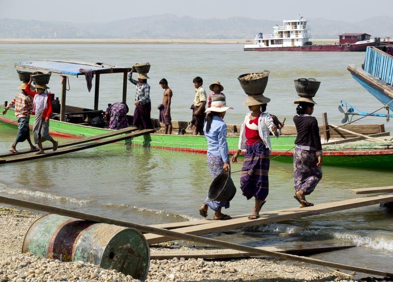 Femmes birmannes portant des cailloux images libres de droits