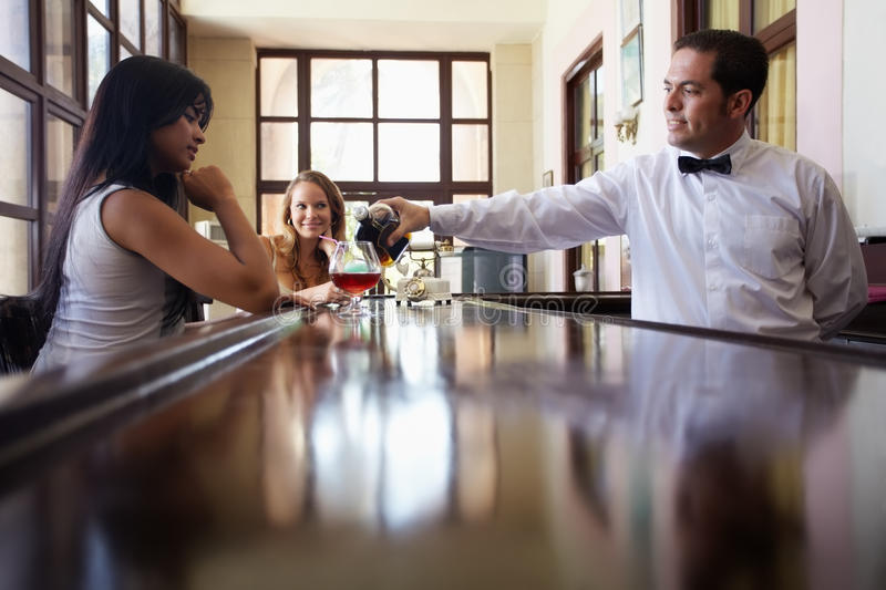 Femmes buvant le cocktail dans le pub photo stock