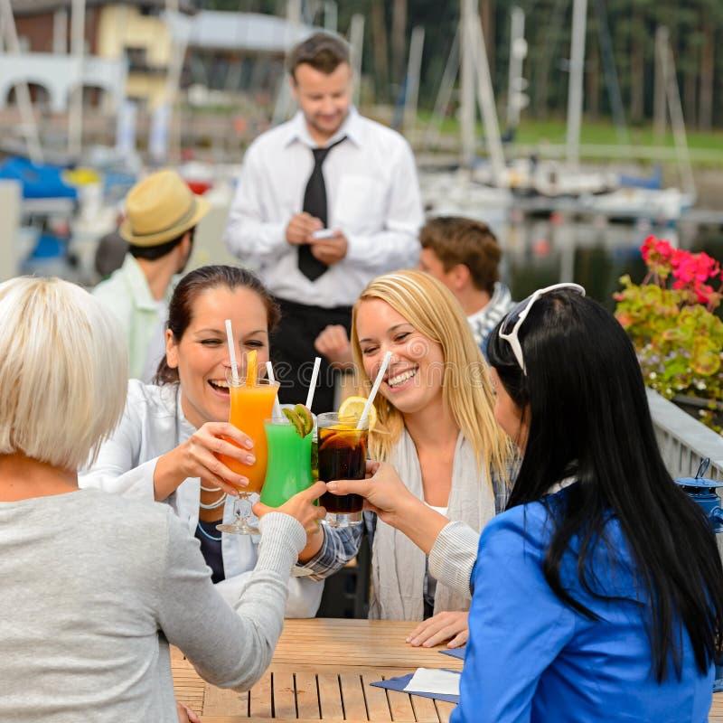 Femmes célébrant avec des cocktails au restaurant photos libres de droits