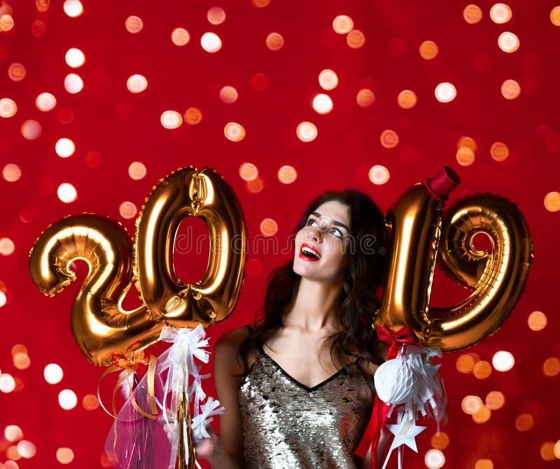 Femmes célébrant rire heureux de partie de nouvelle année dans le tenue décontractée argenté avec des lumières de Noël photo libre de droits