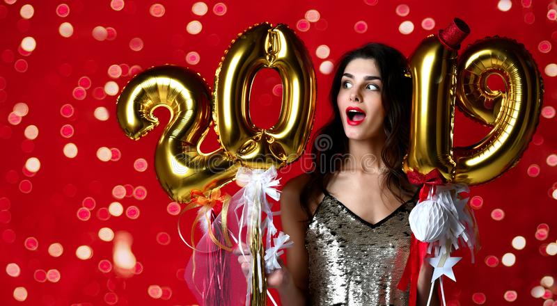 Femmes célébrant rire heureux de partie de nouvelle année dans le tenue décontractée argenté avec des lumières de Noël photo stock