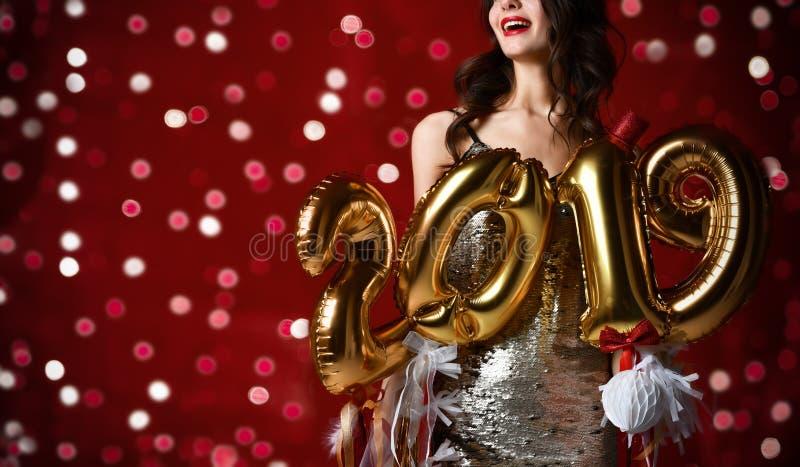 Femmes célébrant rire heureux de partie de nouvelle année dans le tenue décontractée argenté avec des lumières de Noël images stock