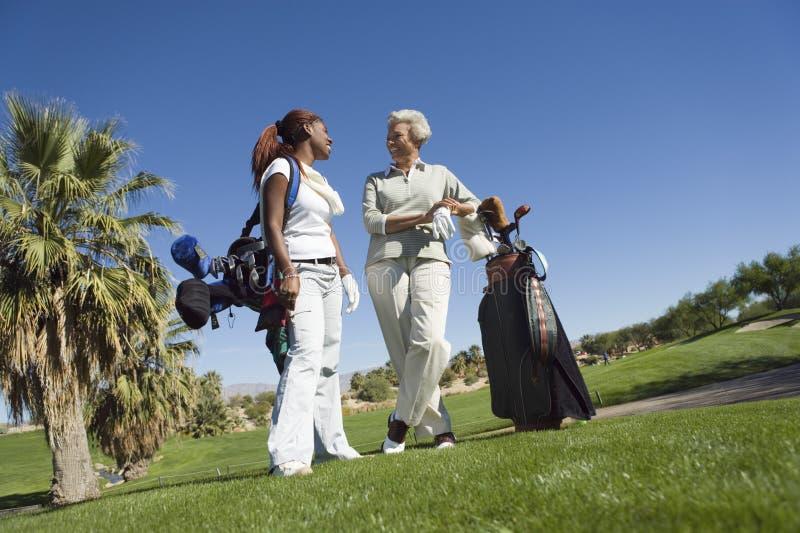 Femmes causant au terrain de golf photo stock