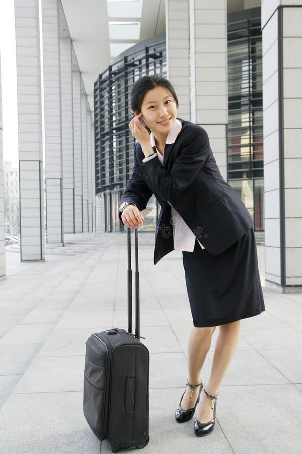 Femmes Chinoises D'affaires Avec La Valise Images Stock