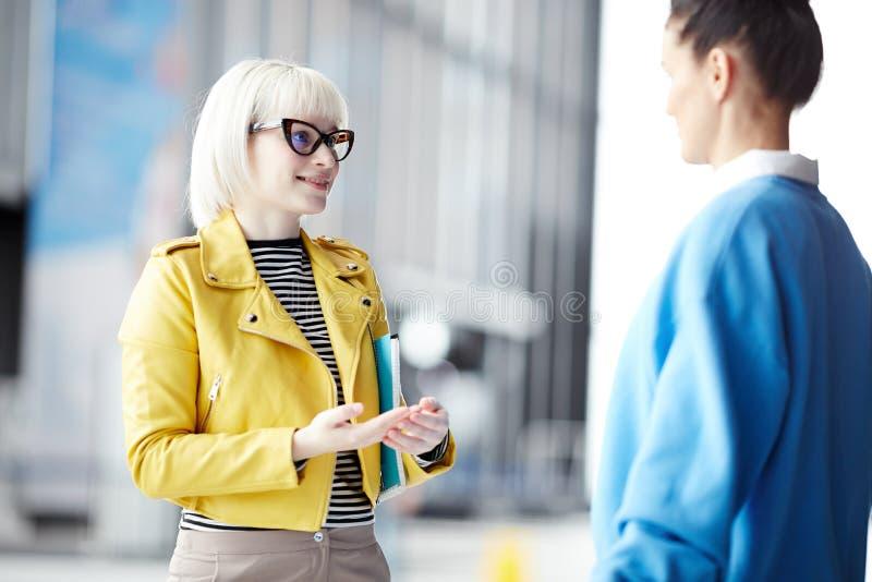 Femmes communiquant dans le bureau image stock