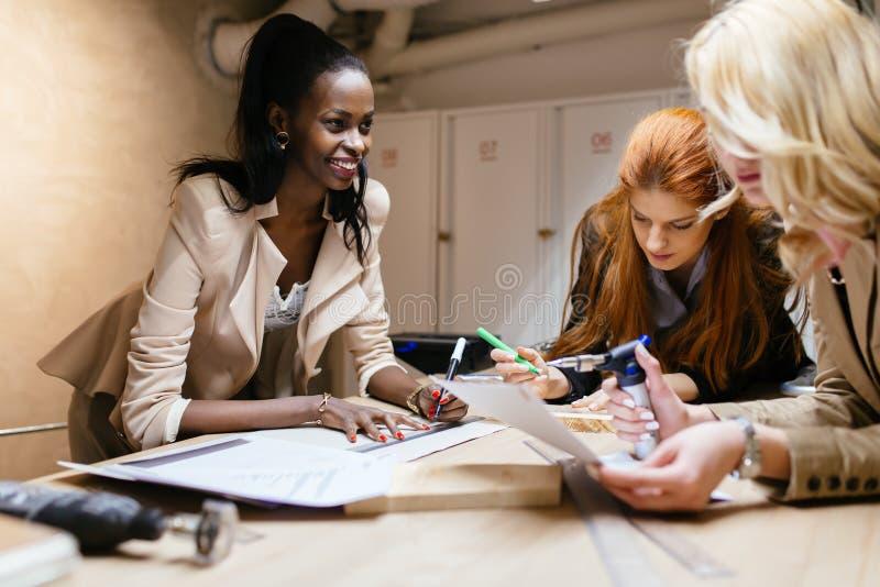 Femmes créatives travaillant sur le projet images stock