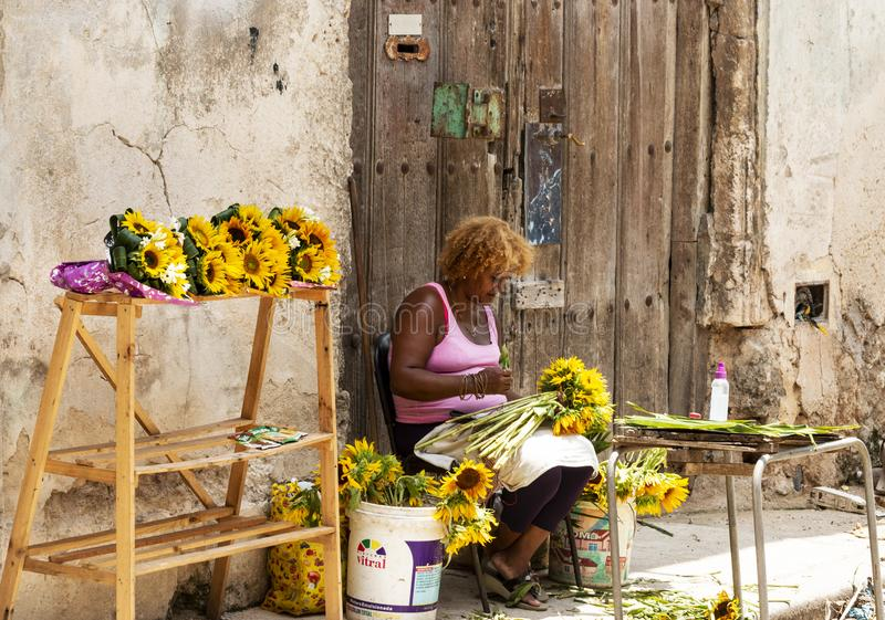 Femmes cubaines préparant des bouquets des fleurs en Havana Cuba image stock