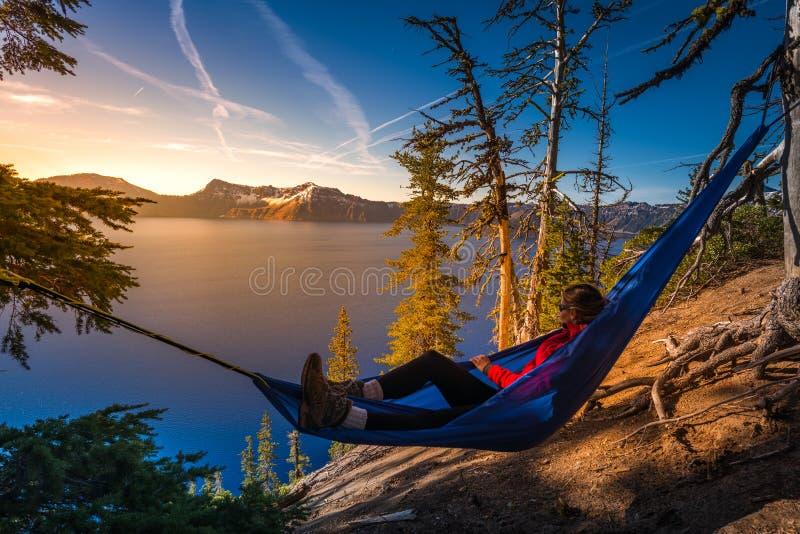 Femmes détendant dans le lac Orégon crater d'hamac photographie stock libre de droits