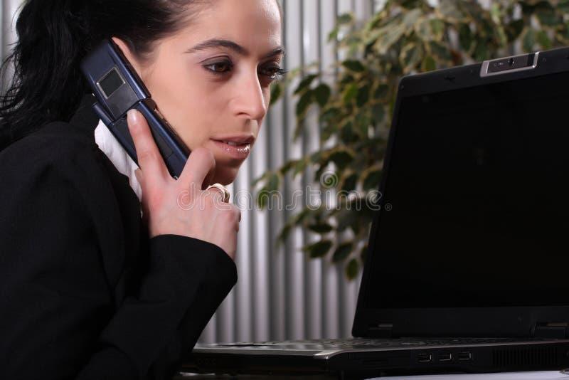 Femmes d'affaires au téléphone photos stock