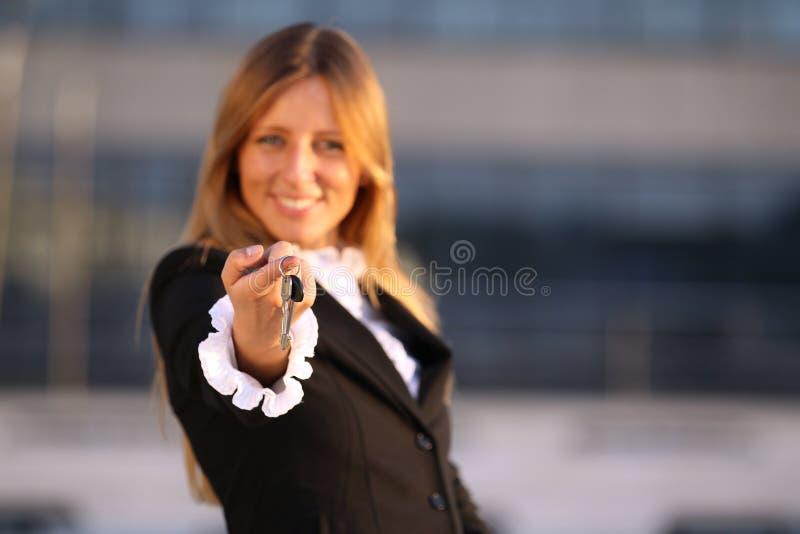 Femmes d'affaires avec des clés images stock