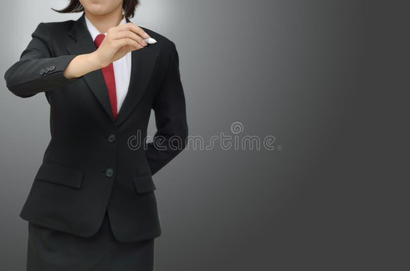 Femmes d'affaires avec le crayon lecteur sur le fond gris images libres de droits