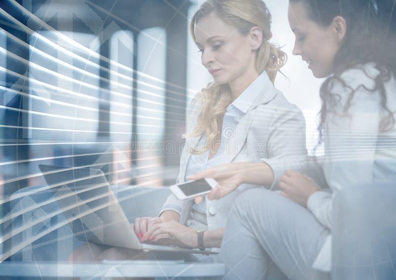 Femmes d'affaires avec le téléphone et l'ordinateur portable derrière le recouvrement bleu de graphique de flèche photos libres de droits
