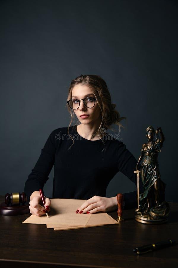 Femmes d'affaires d'avocat travaillant et signes de notaire les documents au bureau avocat de conseiller, juge et loi, mandataire image libre de droits