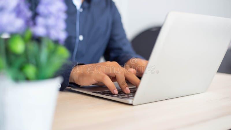 Femmes d'affaires dactylographiant le clavier sur le labtop image stock