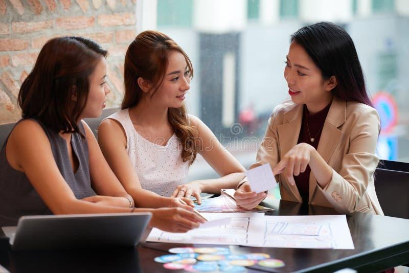 Femmes d'affaires discutant des idées image stock