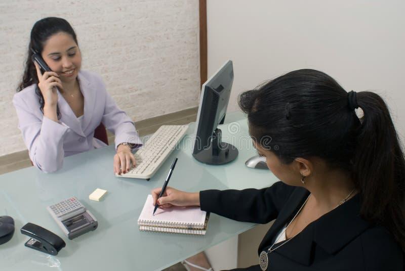 Femmes d'affaires lors d'un contact images libres de droits