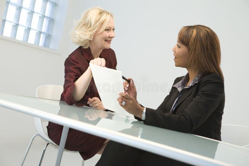 Femmes d'affaires lors du contact photos libres de droits