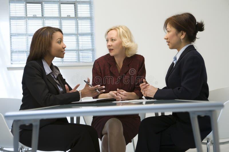 Femmes d'affaires lors du contact photo stock