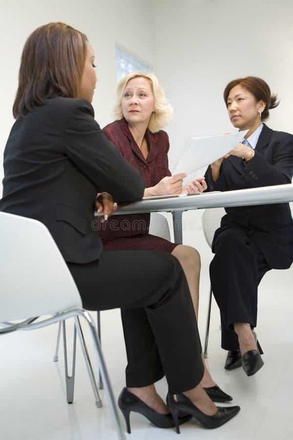 Femmes d'affaires lors du contact photographie stock