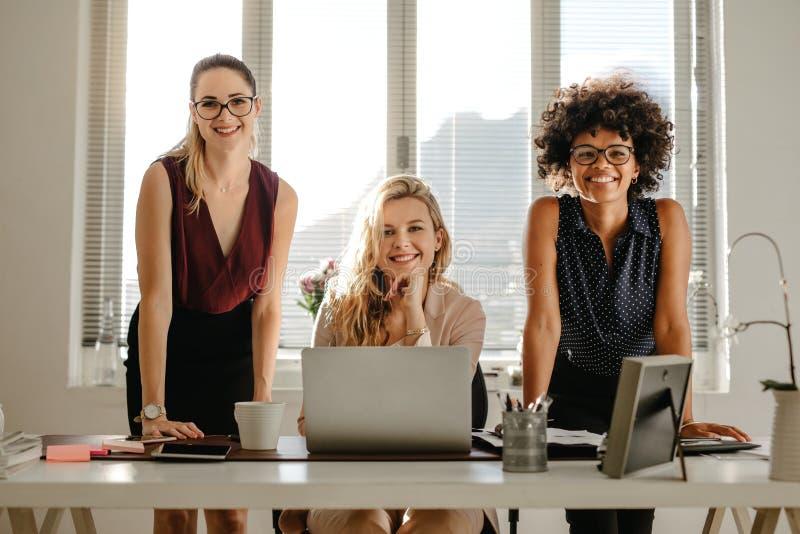 Femmes d'affaires multiraciales dans le bureau photographie stock libre de droits