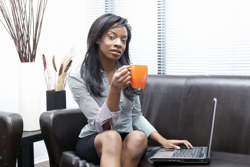 Femmes d'affaires noires ayant le café images libres de droits