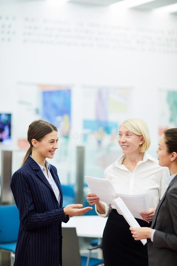 Femmes d'affaires parlant dans le bureau photo stock